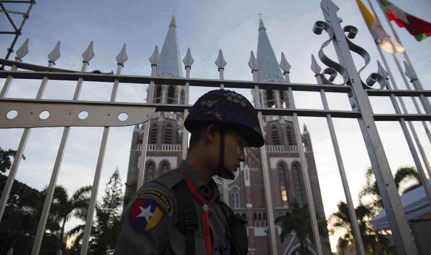Un soldat myanmarais monte la garde devant la cathédrale de l'Immaculée-Conception, à Rangoun.