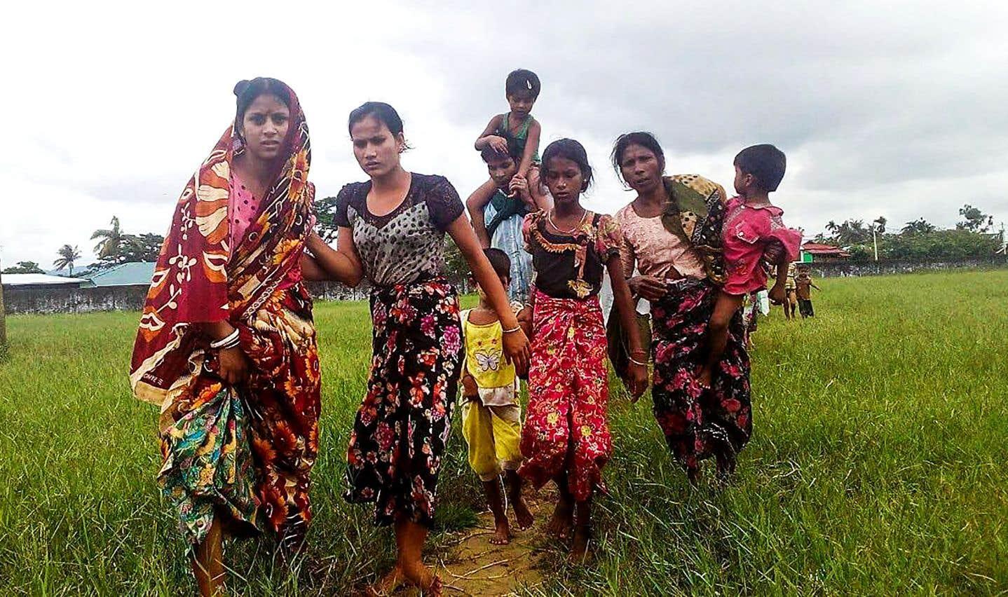 Des Rohingyas fuyant la violence dans leur village arrivent dans le canton de Yathae Taung dans l'État de Rhakine, en août.