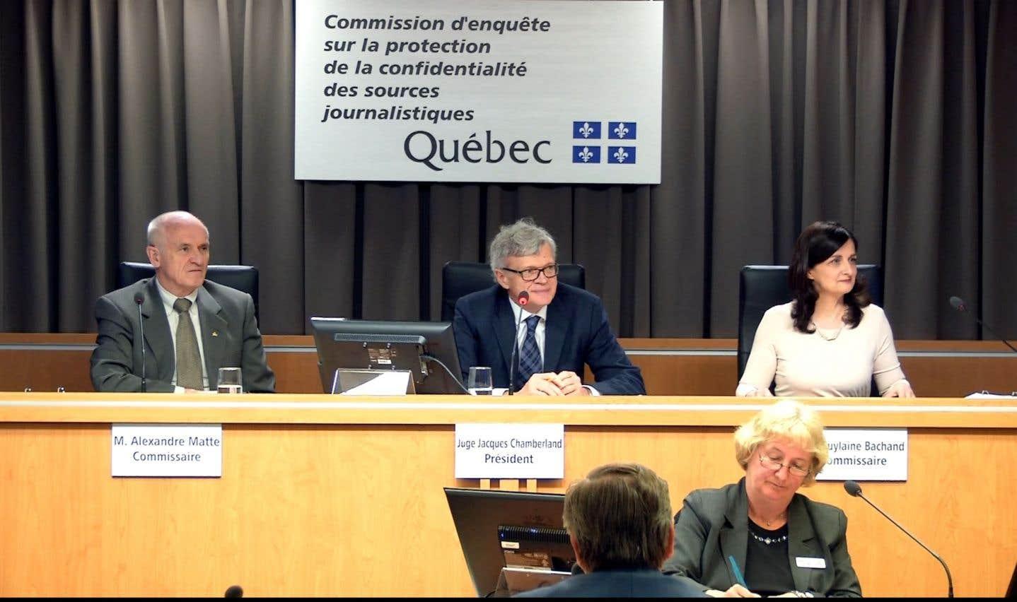 Le rapport Chamberland reconnaît d'abord le rôle fondamental des journalistes dans notre société démocratique et propose une protection accrue du matériel et des sources journalistiques.