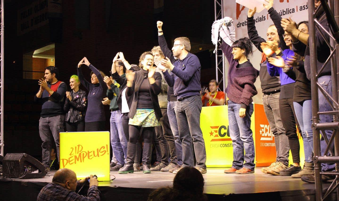 À la Candidatura d'unitat popular (CUP), les décisions se prennent dans les assemblées au niveau local, au nombre de 154, puis remontent vers les 13 assemblées territoriales et le Conseil politique.