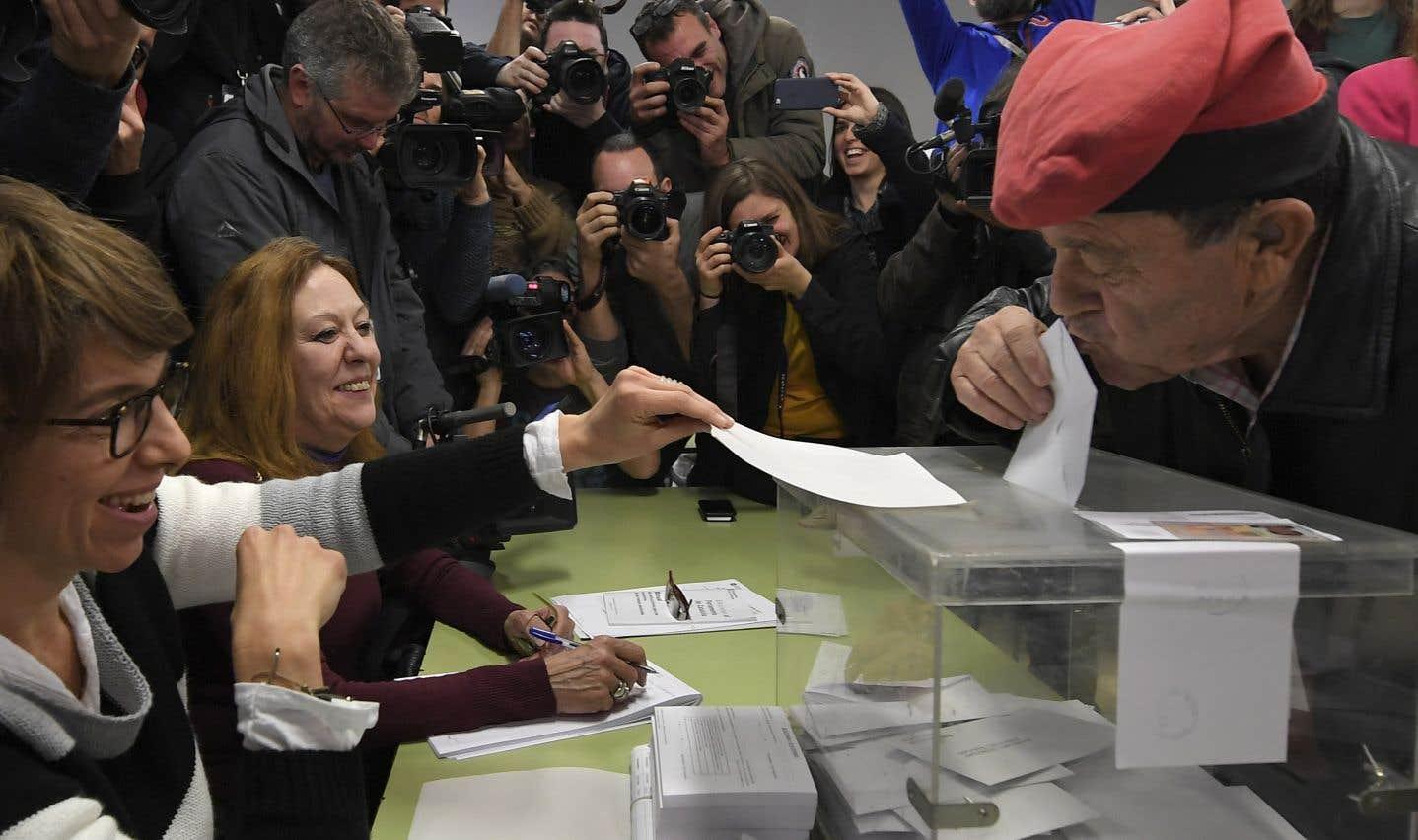 Mobilisés, les citoyens catalans ont formé des files d'attente devant les bureaux de vote dès la matinée.