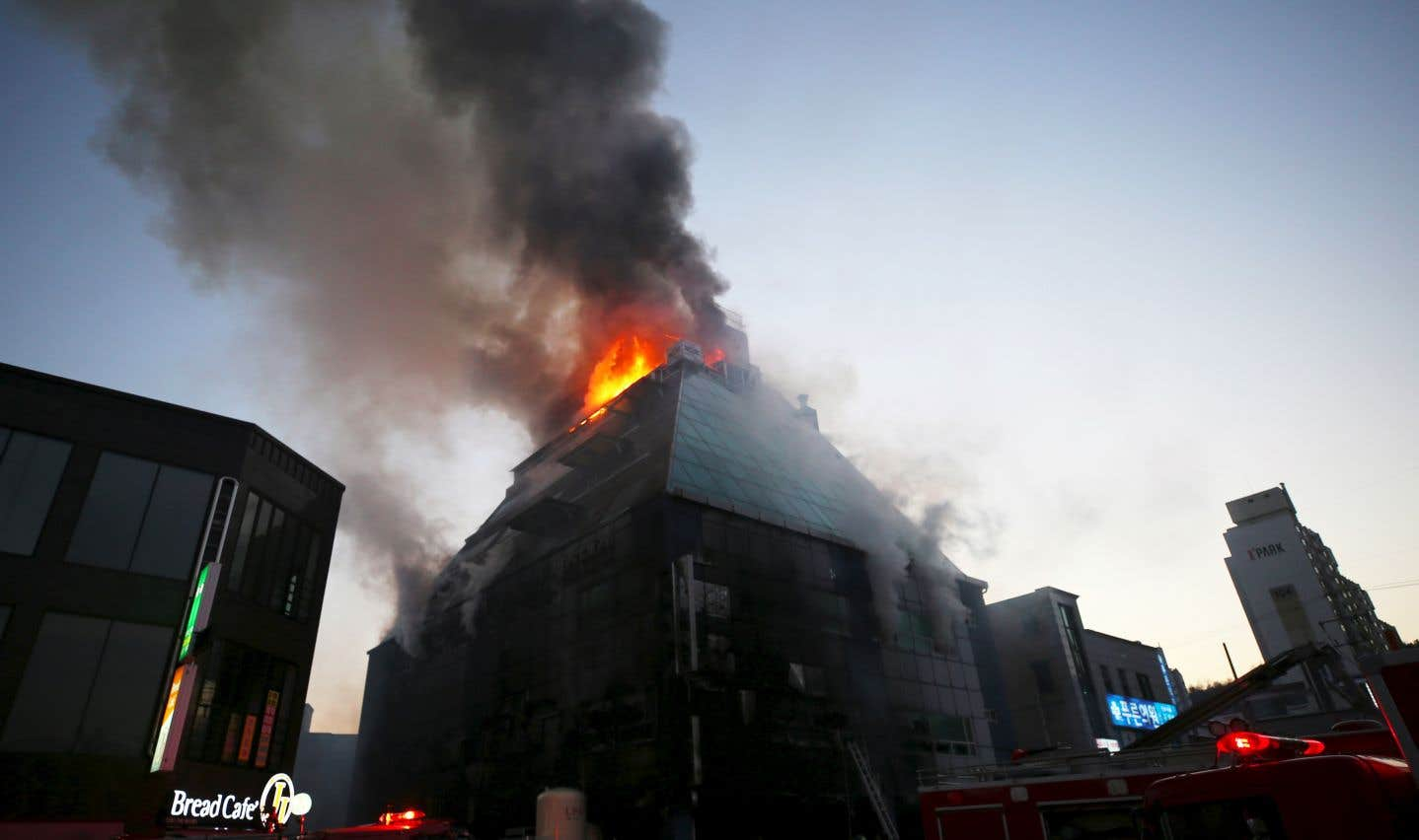 L'incendie s'est déclaré dans un bâtiment de huit étages abritant un centre de sports, un bain public et des restaurants.