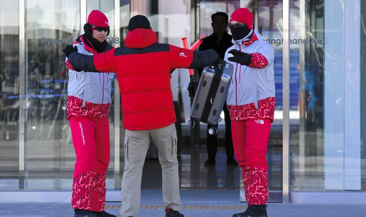 Des bénévoles simulent la fouille d'un suspect terroriste lors d'une répétition des cérémonies d'ouverture des prochains Jeux d'hiver.