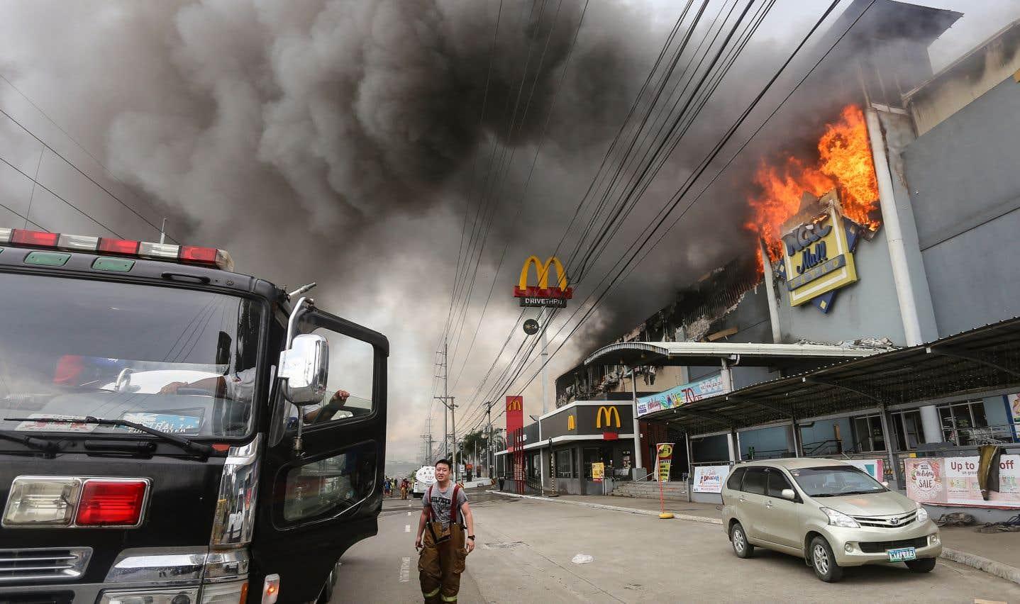 Les sinistres meurtriers ne sont pas rares aux Philippines, notamment dans les zones de bidonvilles où aucune réglementation anti-incendie n'est appliquée.