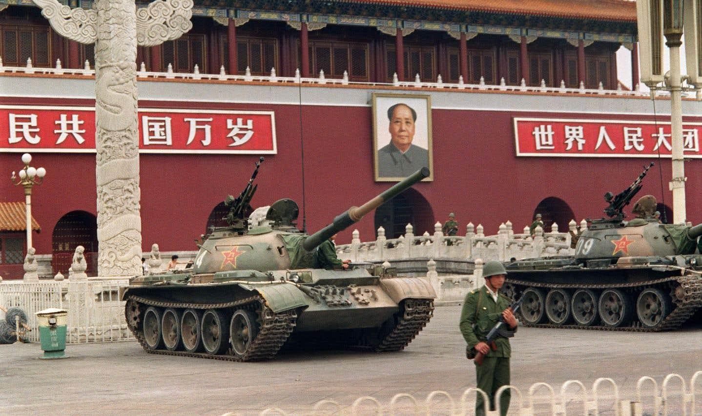 Les chars de l'Armée populaire de libération sont positionnés sur la place Tiananmen le 9 juin 1989, alors que la vie reprend lentement son cours normal.