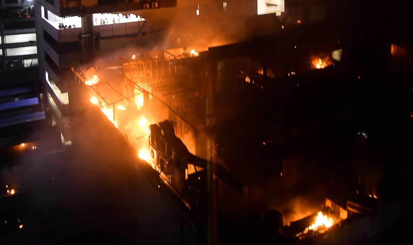 Plusieurs victimes n'ont pu fuir, car elles se sont retrouvées prises au piège en raison de l'effondrement d'un faux plafond de cet immeuble de quatre étages.