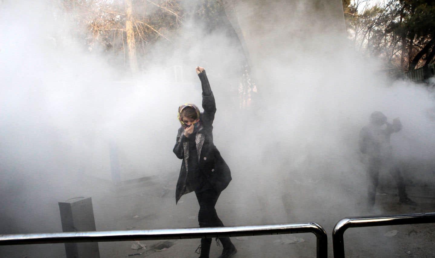 La police antiémeute, largement déployée, est intervenue pour empêcher les étudiants de sortir dans la rue.