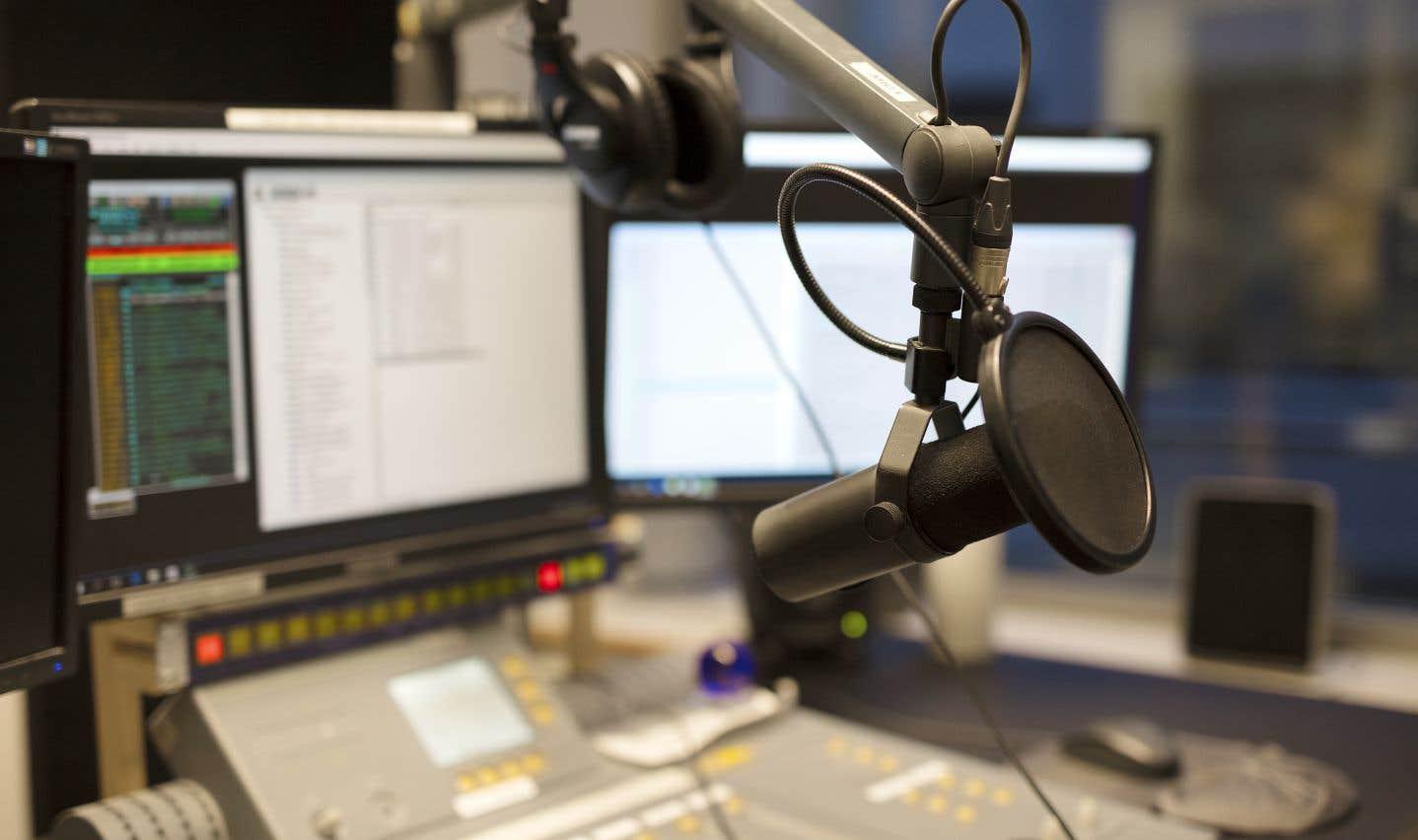 Dans les cases horaires autrefois occupées par de la musique, les parts de marché du 98,5 FM seraient passées de 10% à moins de 3%.
