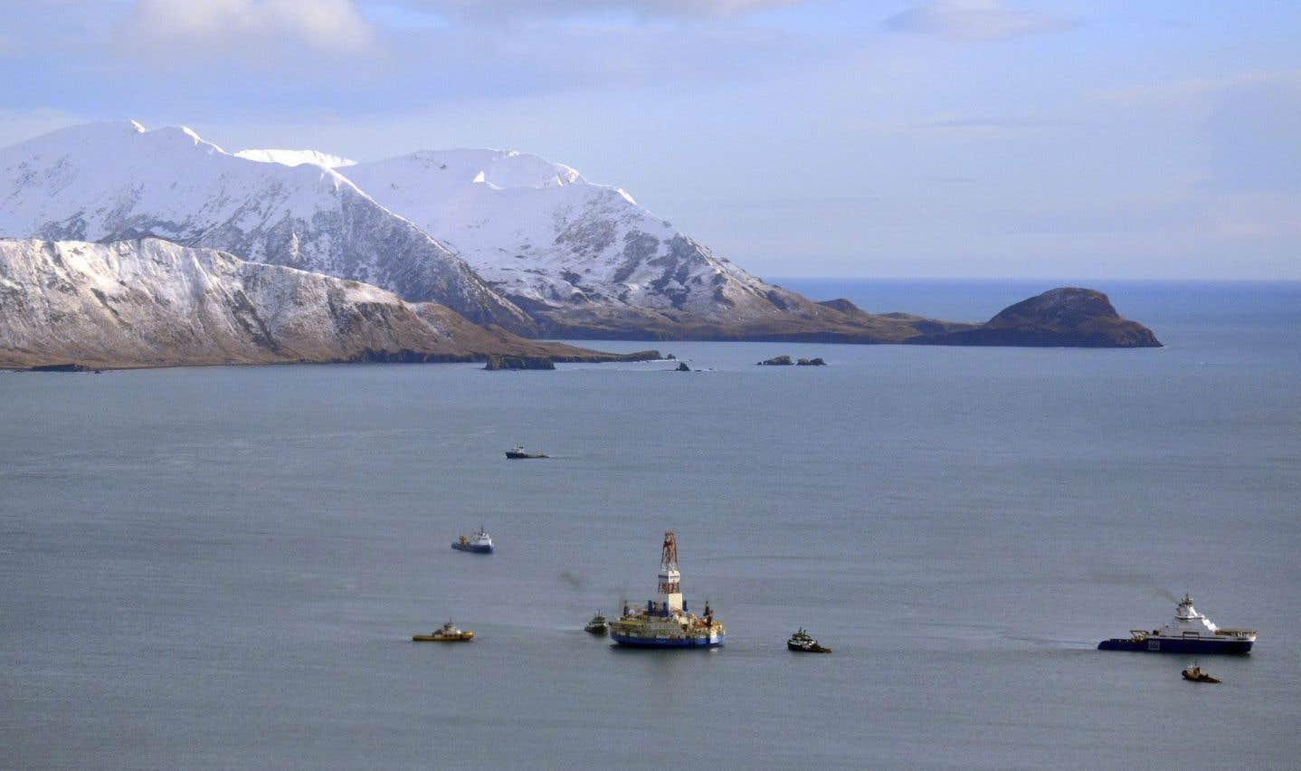 Photo datant de 2013 qui montre une plateforme pétrolière de Shell dans la baie Kiliuda, en Alaska.