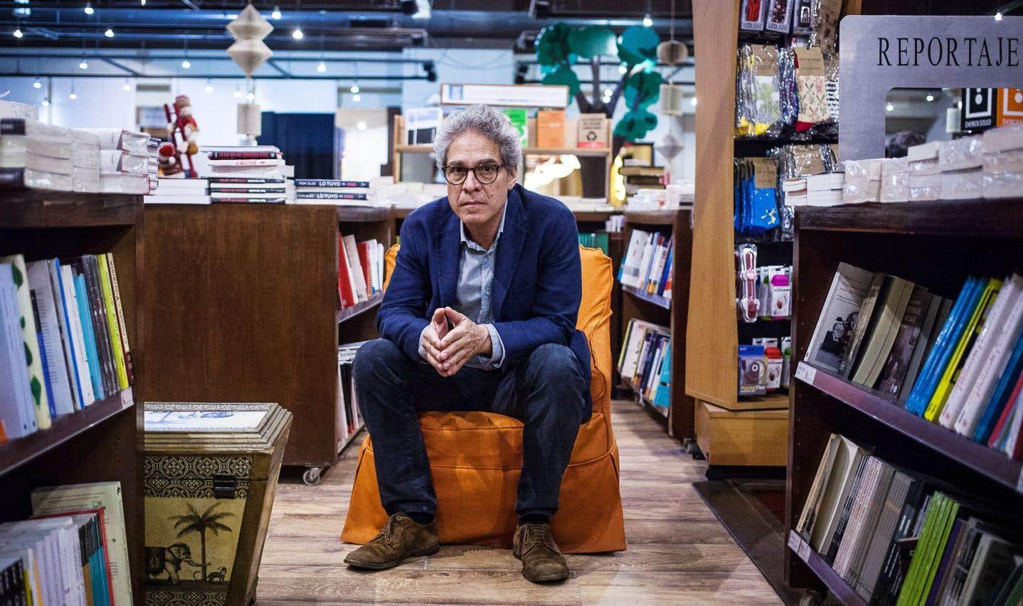 En entrevue, l'auteur économise ses mots par moments, comme dans ses romans.