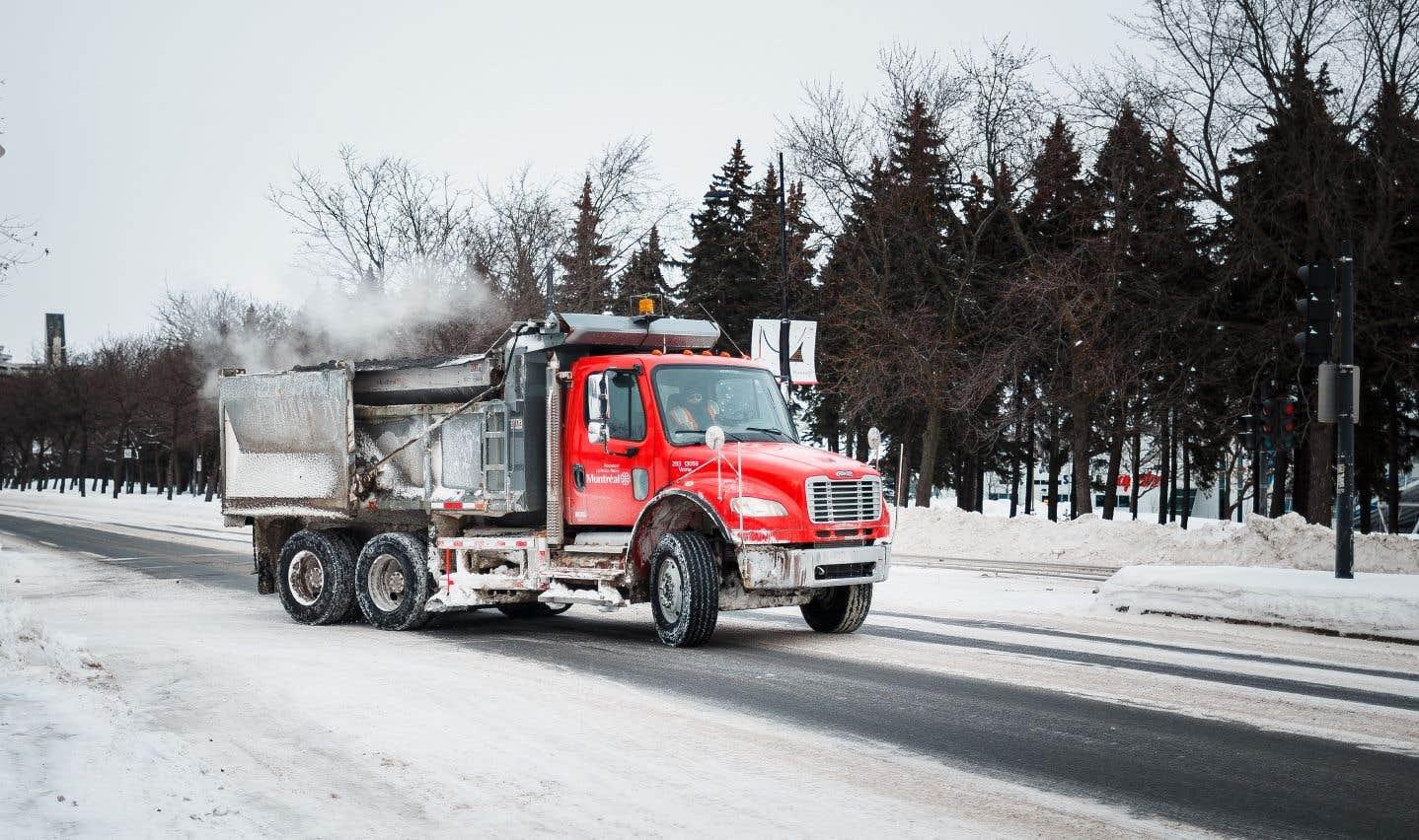 Sur les routes asphaltées, le chlorure de sodium perd ses propriétés déglaçantes à environ -15° Celsius en plus de s'accumuler dans les sols et les puits d'eau potable lors de la fonte des neiges.