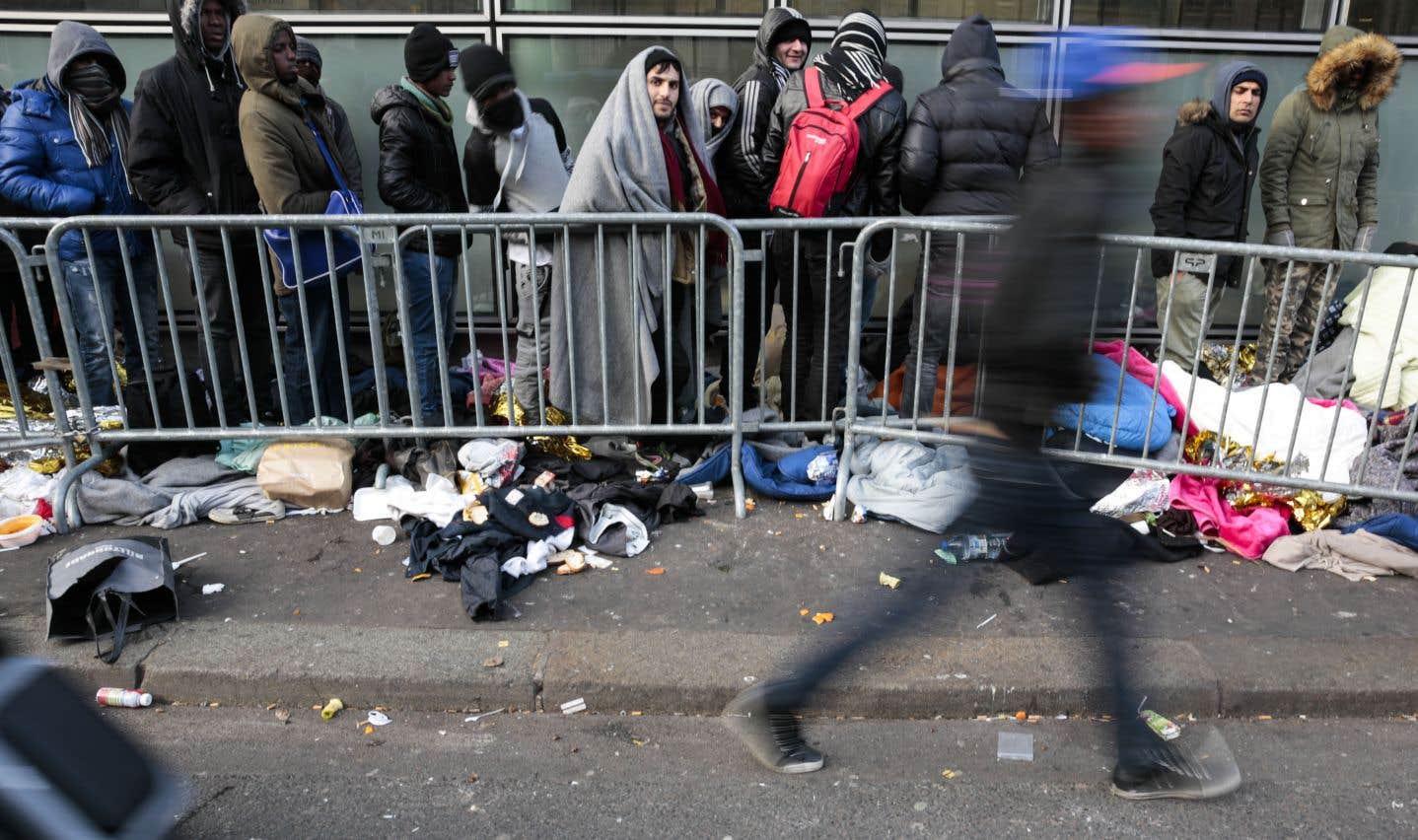 Des demandeurs d'asile font la queue devant la «plateforme d'accueil des réfugiés» de l'organisme France terre d'asile à Paris, en janvier 2017