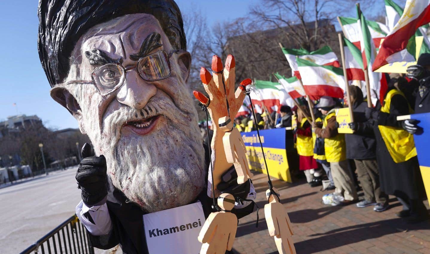 Un manifestant portant un costume à l'effigie de l'ayatollah Ali Khamenei lors d'un rassemblement en appui aux manifestations contre le pouvoir en Iran, devant la Maison-Blanche, le 6 janvier dernier.