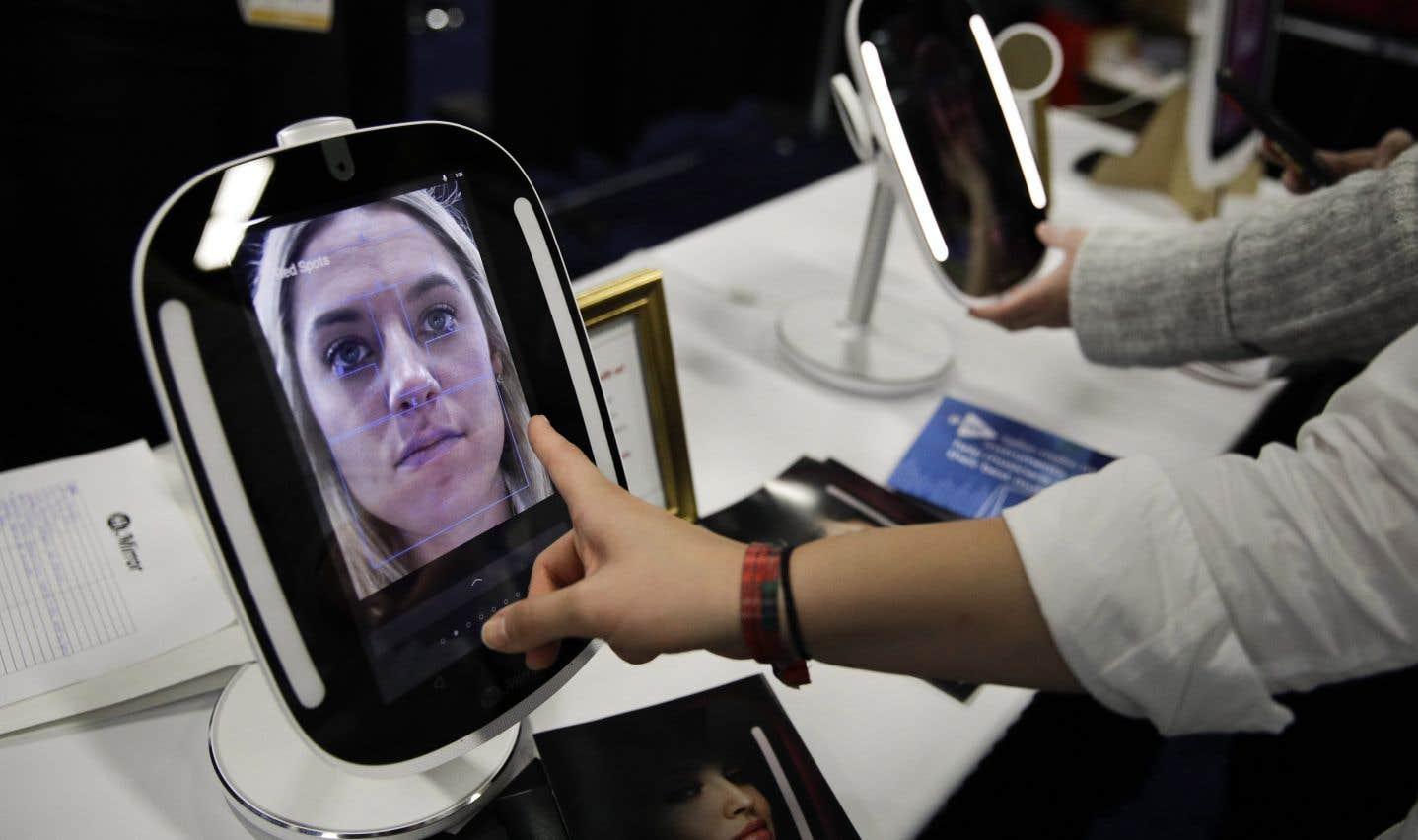 Le HiMirror Mini est un miroir intelligent branché à Internet et utilisant l'assistant vocal Alexa d'Amazon.