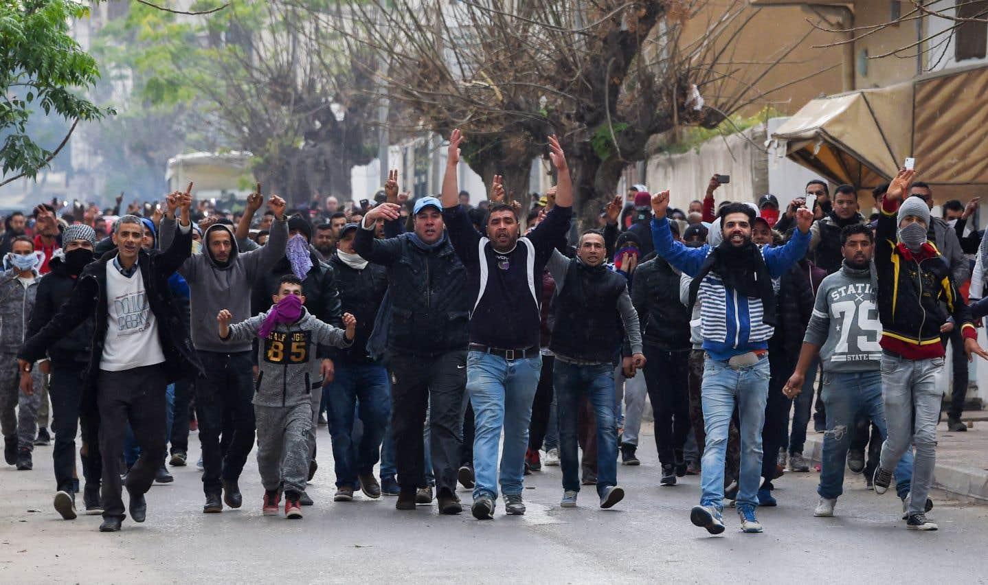 Des jeunes sont descendus dans la rue par centaines à Tebourba, à 30km à l'ouest de Tunis, où des policiers et des militaire ont répliqué à des jets de pierre à coups de gaz lacrymogènes.