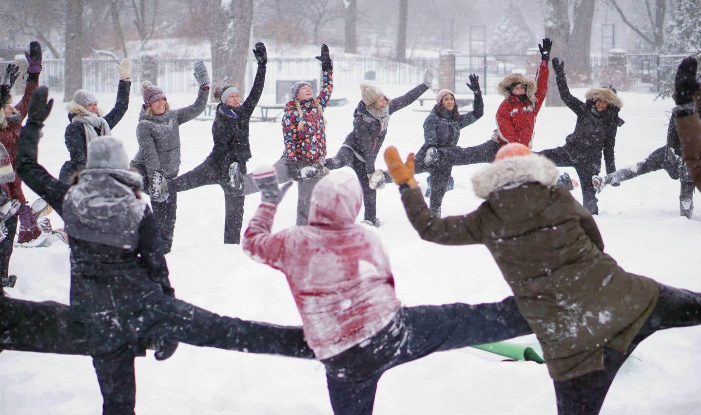 Le «snowga», comme son nom l'indique, invite les yogis à sortir des studios et à pratiquer leur activité préférée dans un décor hivernal.