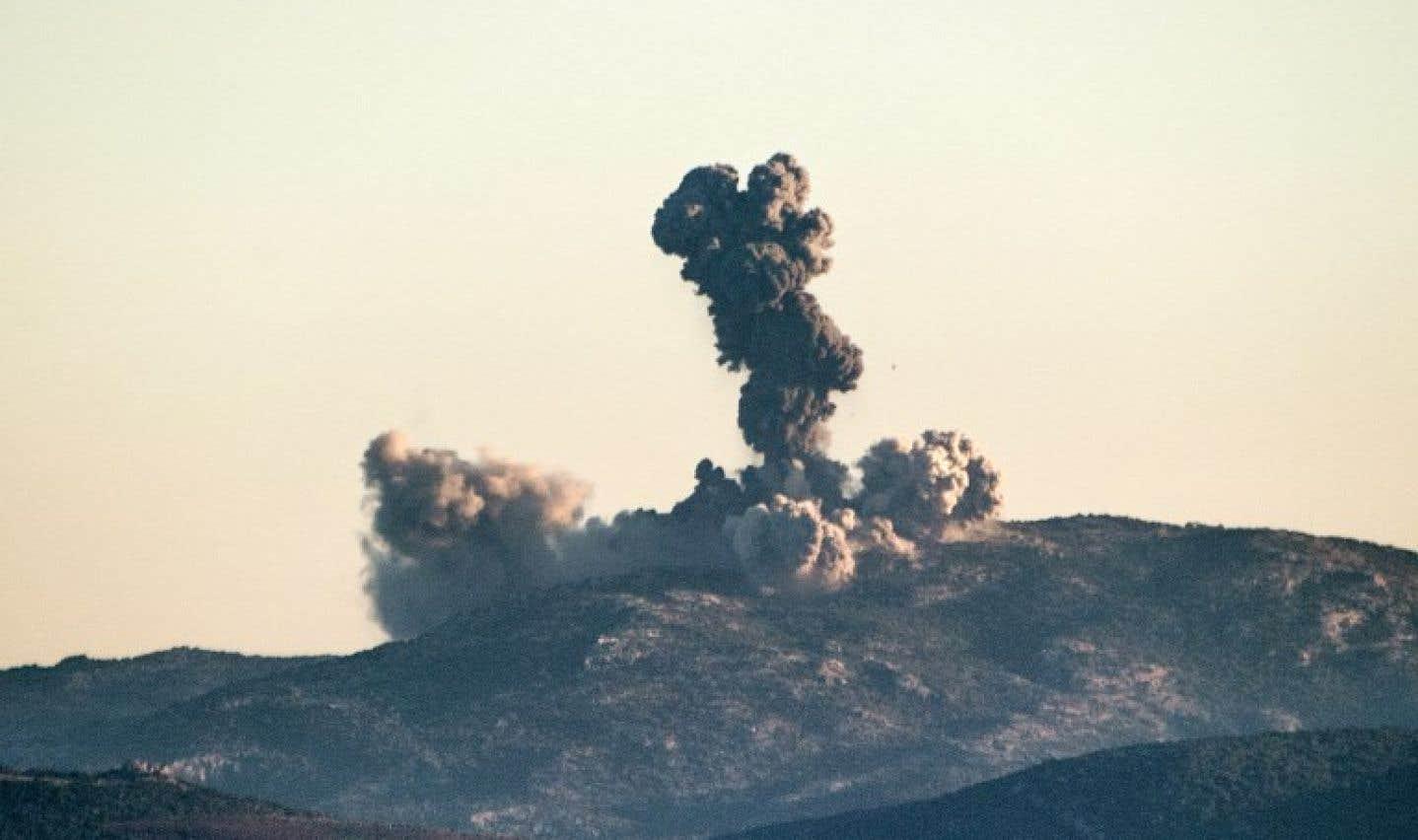 Un correspondant de l'AFP a vu deux avions de combat procéder samedi à des frappes côté syrien, provoquant d'énormes panaches de fumée dans le ciel.