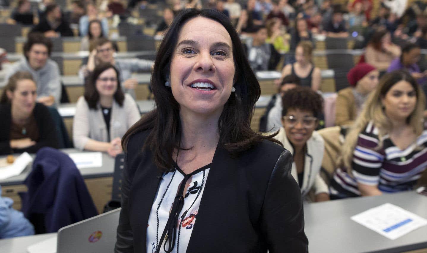 Au-delà des sommes d'argent en cause et du bien-fondé de dépenses urgentes à faire, la question plus fondamentale est l'état de confiance des citoyens envers leur administration, croient les auteurs. Sur la photo, la mairesse de Montréal, Valérie Plante.
