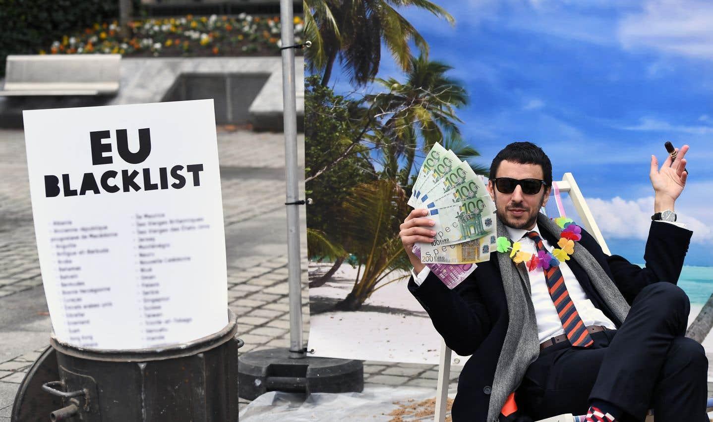 Des militants d'Oxfam ont manifesté à Bruxelles, le 5 décembre dernier, quand l'Union européenne a adopté la première mouture de la liste.