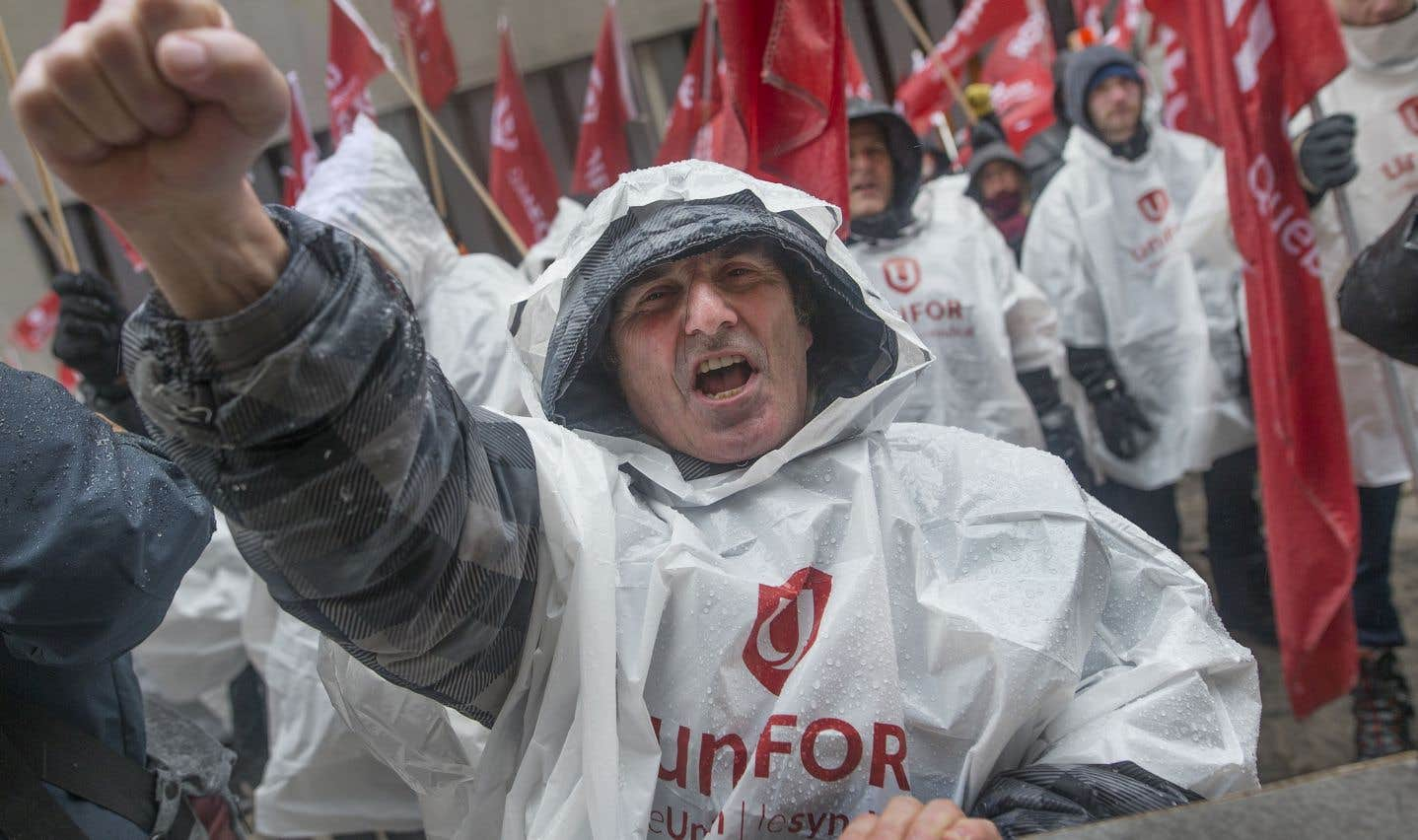 Une centaine de membres du syndicat Unifor sont venus manifester leur appui, mardi à Montréal, aux demandes du camp canadien pour un nouvel ALENA plus progressiste.