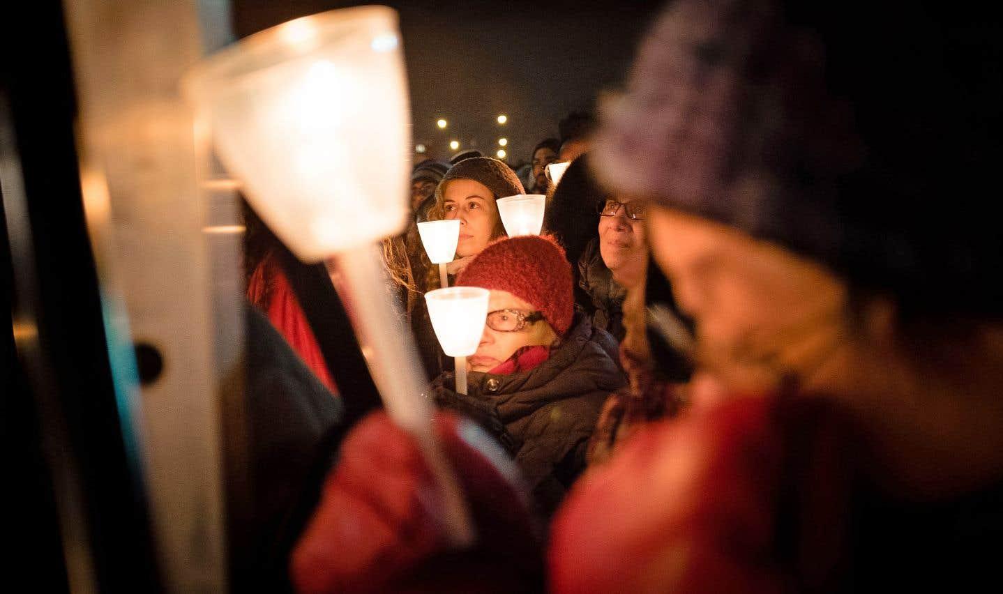 Scène de la veillée organisée à Montréal en hommage aux victimes en janvier 2017