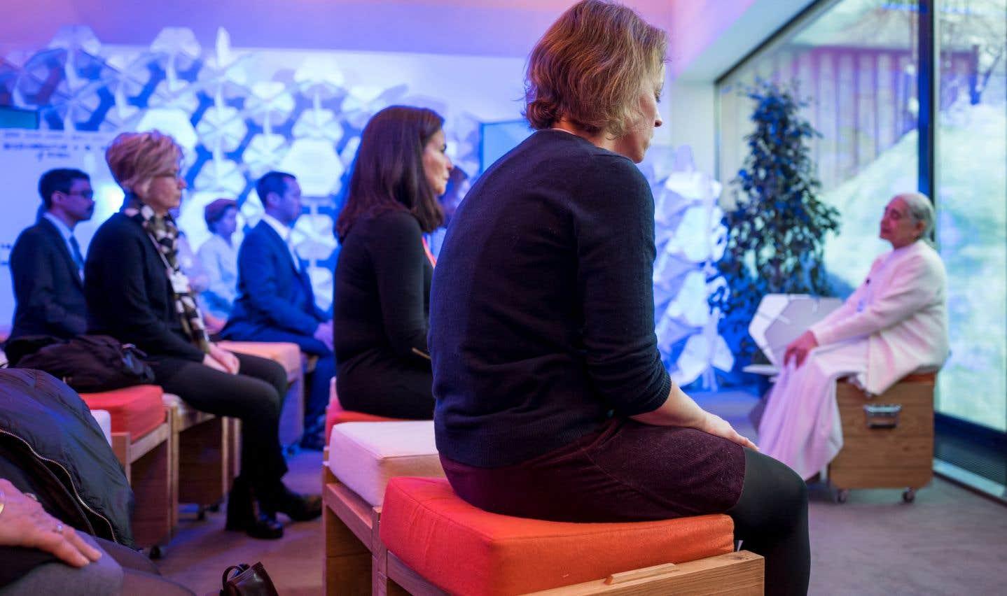 Assis face aux sommets enneigés, les participants au Forum de Davos se laissent le matin guider par la douce voix de Jayanti Kirpalani: «La paix n'est pas au-dehors, elle est en vous.»