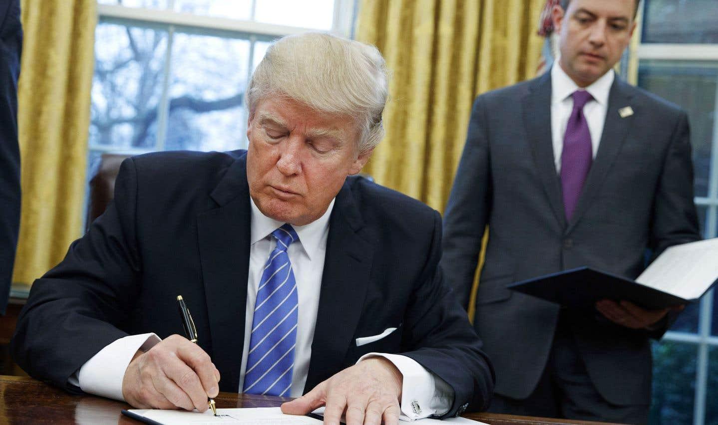 Donald Trump signant le retrait des États-Unis du Partenariat transpacifique, en janvier 2017