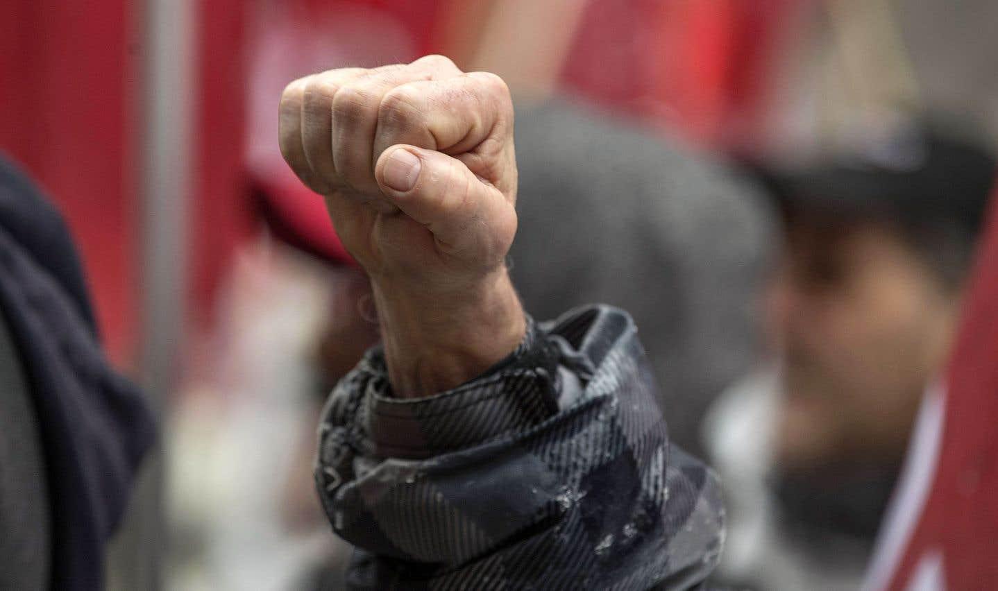 Des travailleurs brandissaient le poing cette semaine à Montréal lors d'une manifestation anti-Trump entourant l'ALENA. Le geste fort du «Nous vaincrons».
