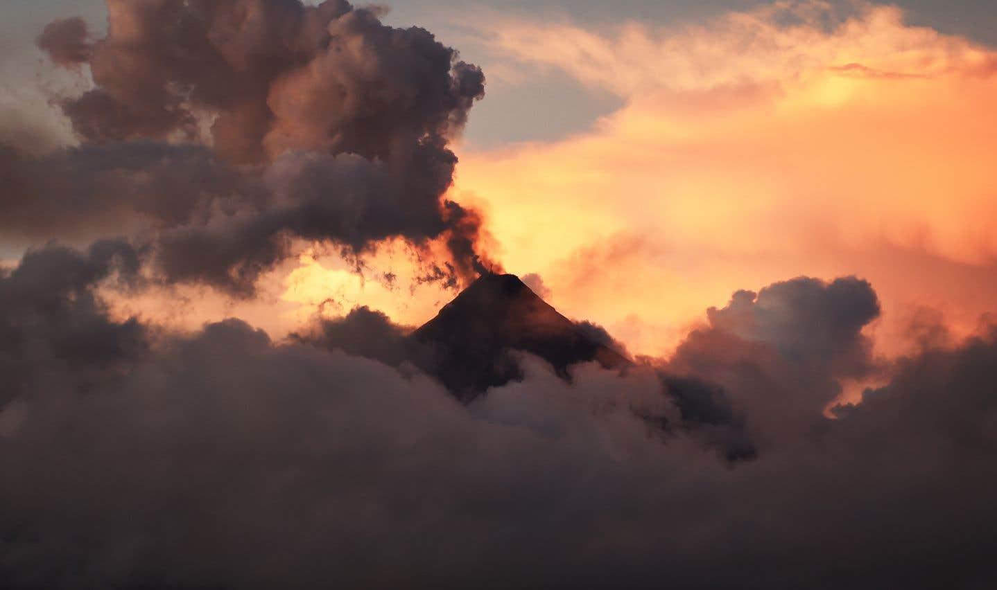 Sous les cendres du volcan Mayon, les évacués philippins vivent un cauchemar