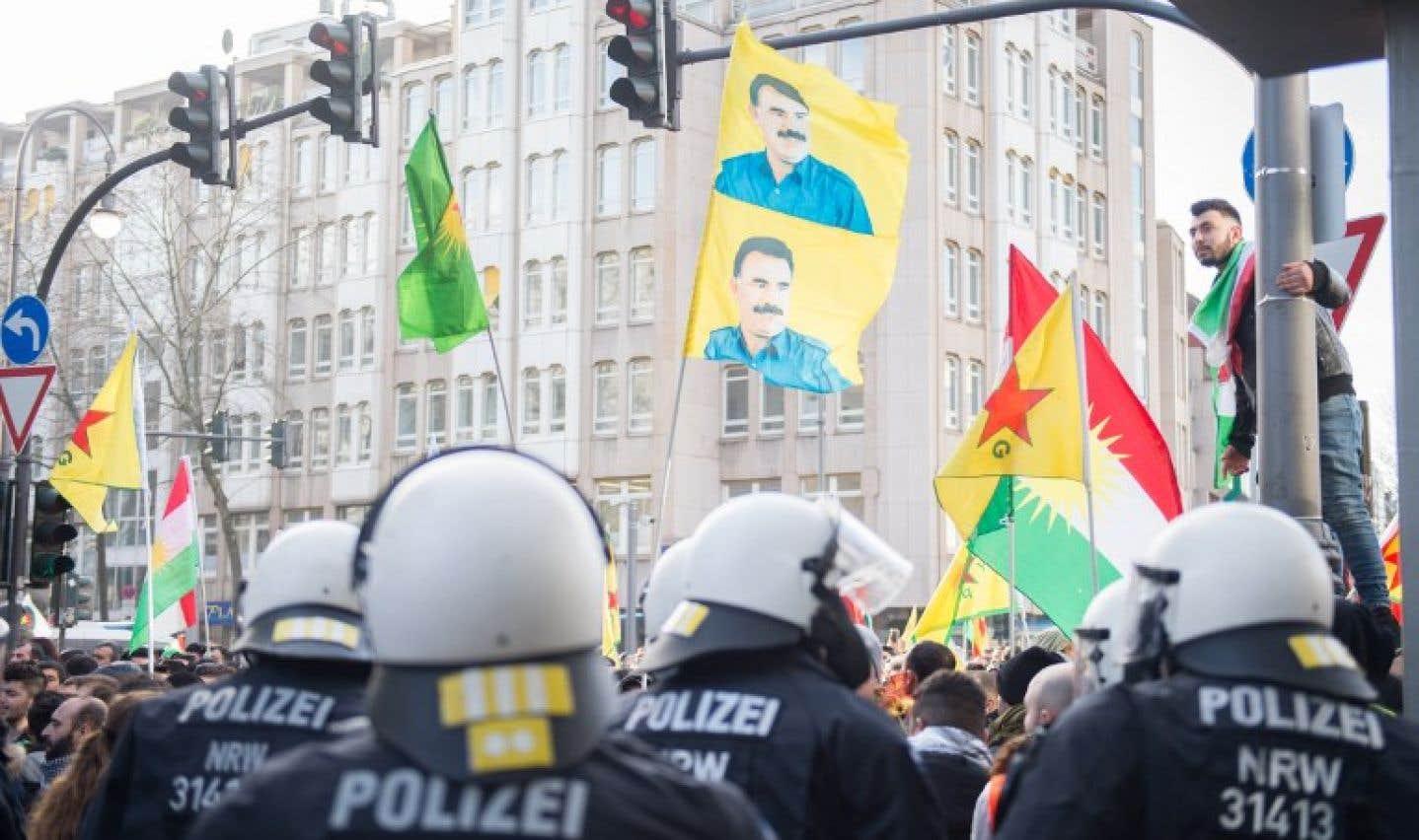 La manifestation a été stoppée à mi-parcours en raison de la présence des symboles du PKK.