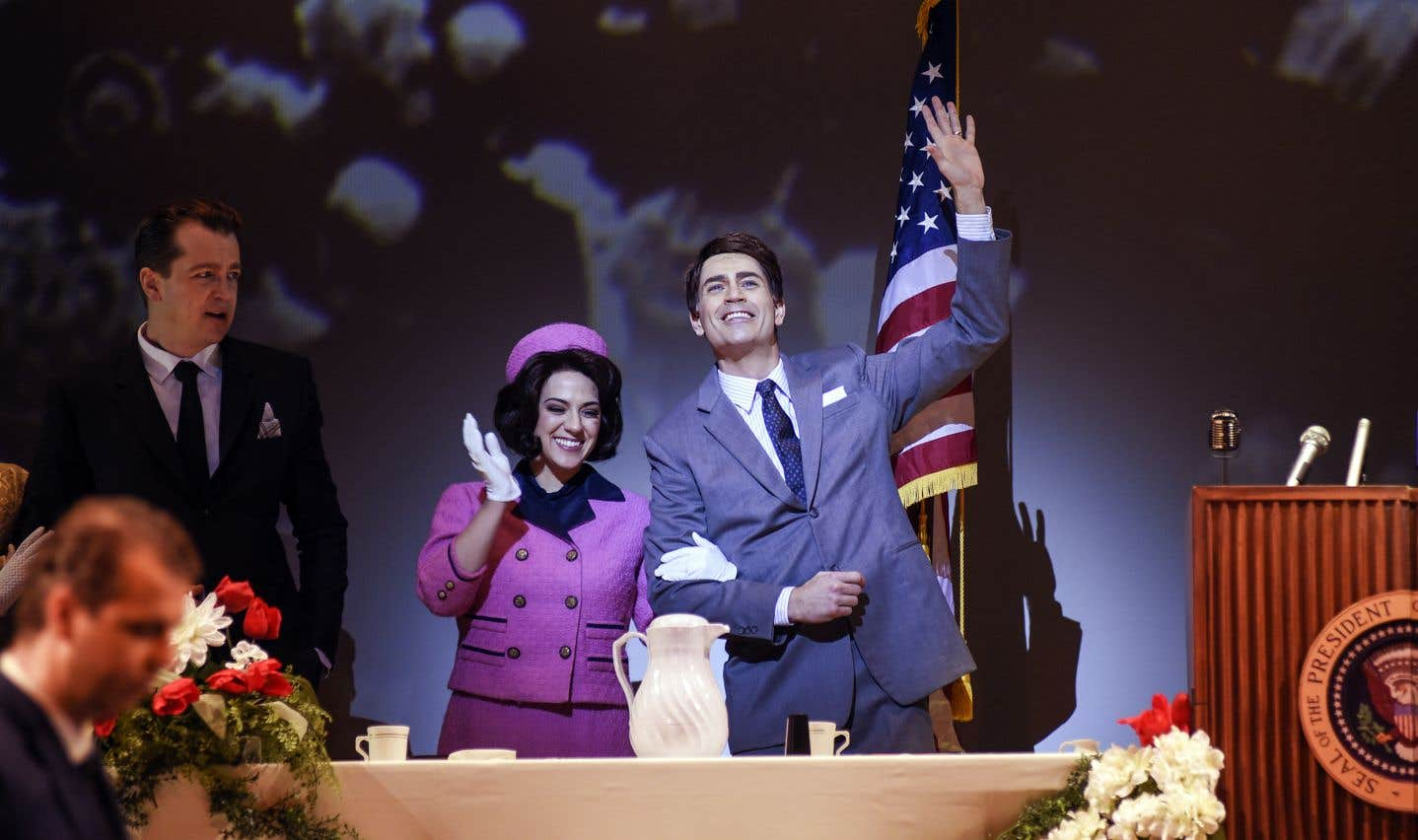 «JFK» aurait pu être titré «Jackie», tant Jacqueline Kennedy (incarnée par la mezzo-soprano Daniela Mack) est omniprésente, dans des monologues et des duos parfois très réussis, concentrant le meilleur de la musique.