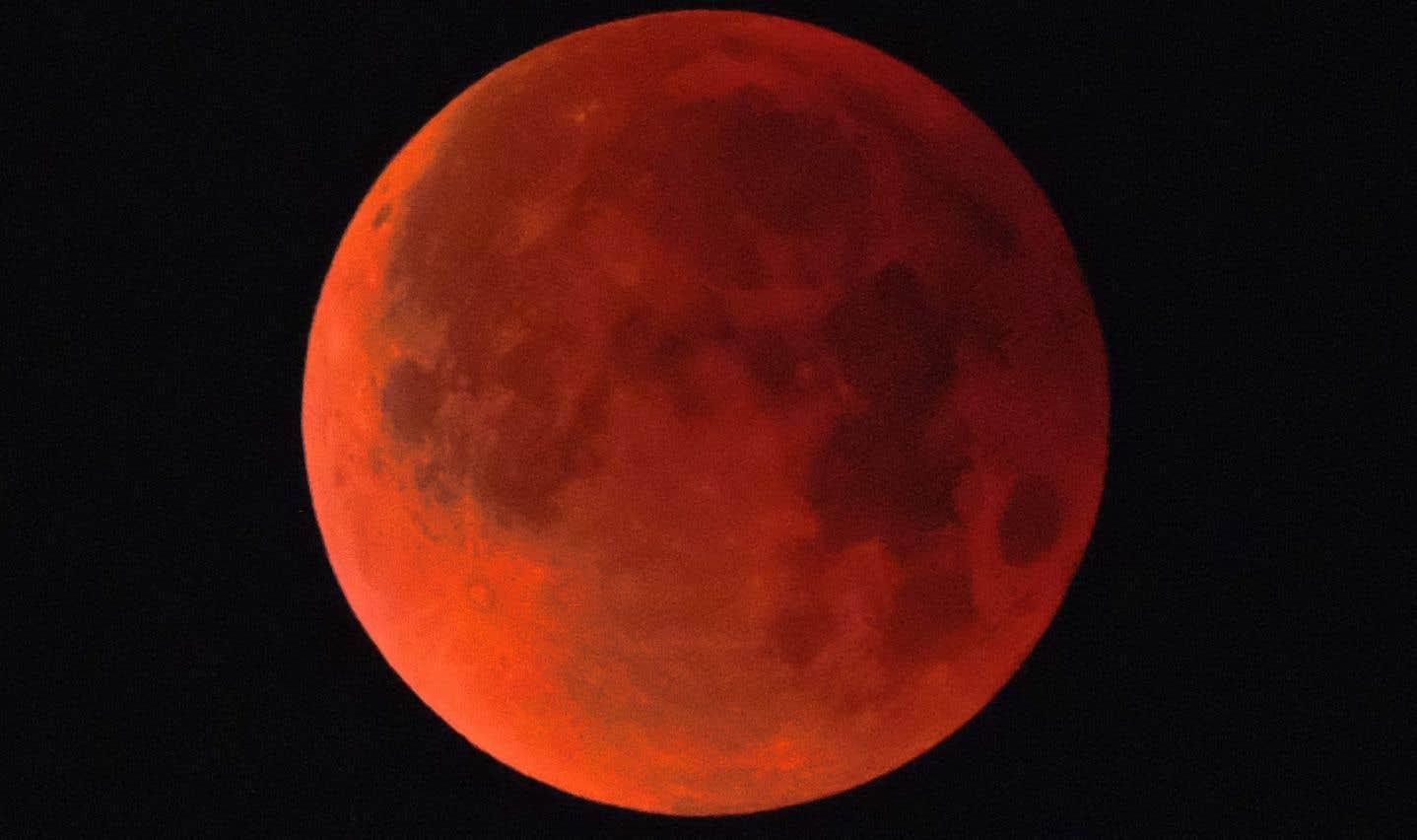 La super lune bleue de sang au-dessus de Los Angeles