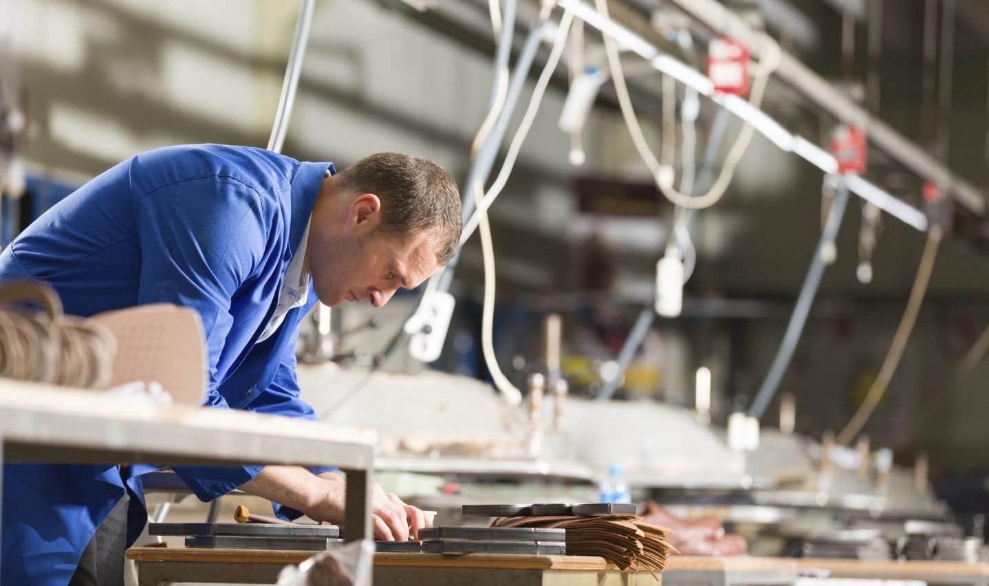 En novembre, les industries productrices de biens ont progressé de 0,8%, stimulées par le secteur manufacturier et celui de l'extraction minière, de l'exploitation en carrière et de l'extraction de pétrole et de gaz naturel, a indiqué Statistique Canada.