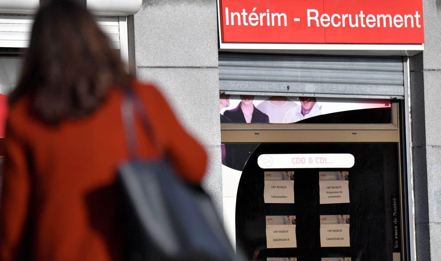 Une femme devant un bureau de recrutement pour des emplois temporaires à Nantes, en France. «Le taux de chômage des moins de 25 ans est plus sensible à la conjoncture, en raison de la flexibilité des contrats sous lesquels ils sont employés», avance Stéphane Carcillo, économiste à l'OCDE.