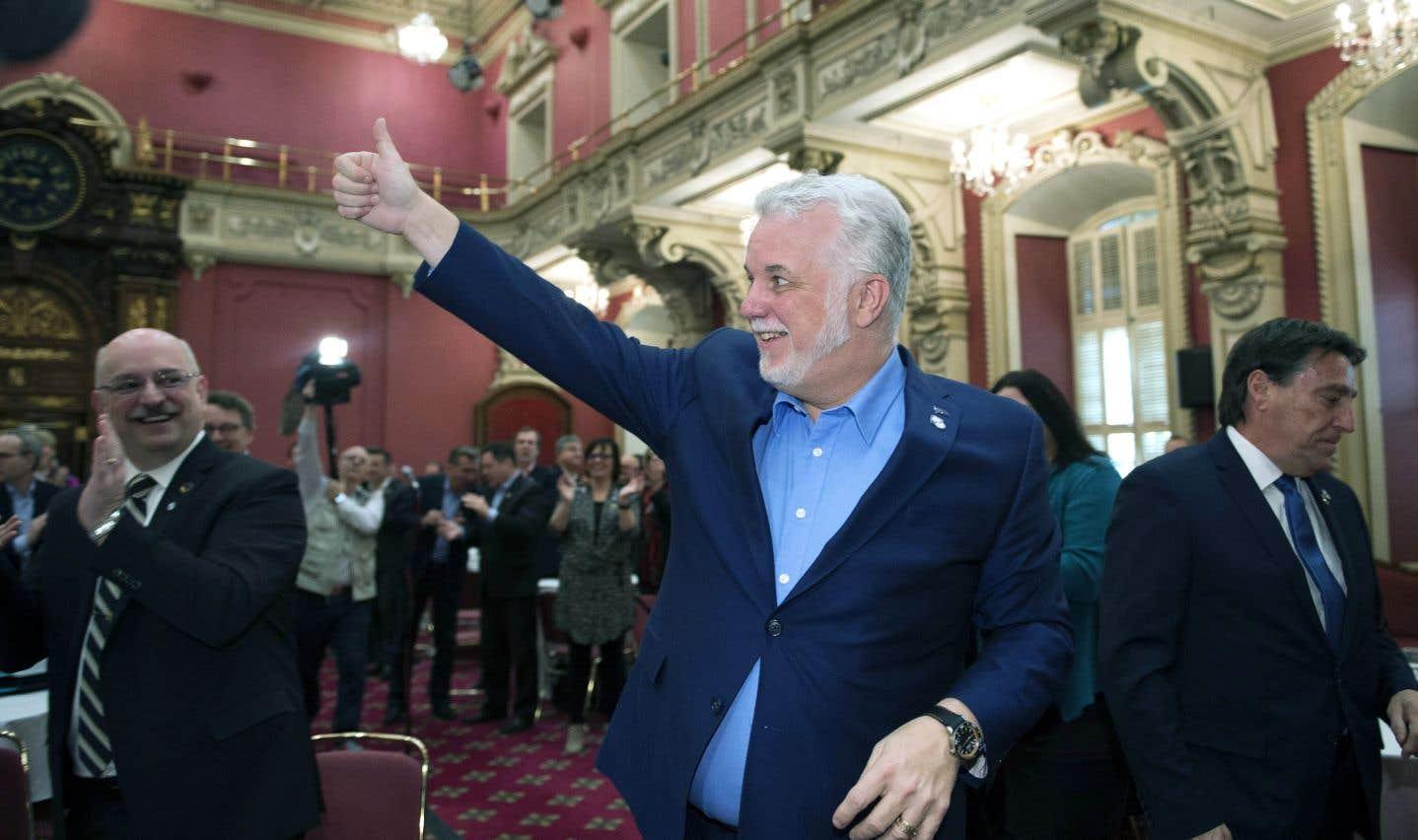 Philippe Couillard a salué mercredi son caucus à son entrée à l'Assemblée nationale.