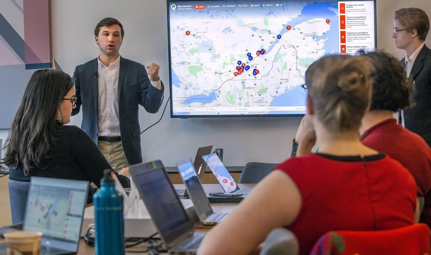 Gabriel Nadeau-Dubois s'est entretenu avec une quinzaine de bénévoles de QS réunis jeudi à Montréal pour tester une nouvelle plateforme nommée «Mouvement».