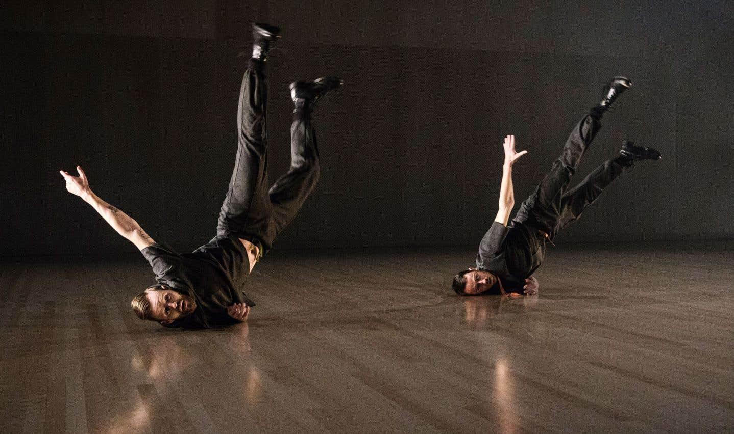 La grande sobriété de la scénographie met en valeur un intense travail acrobatique.