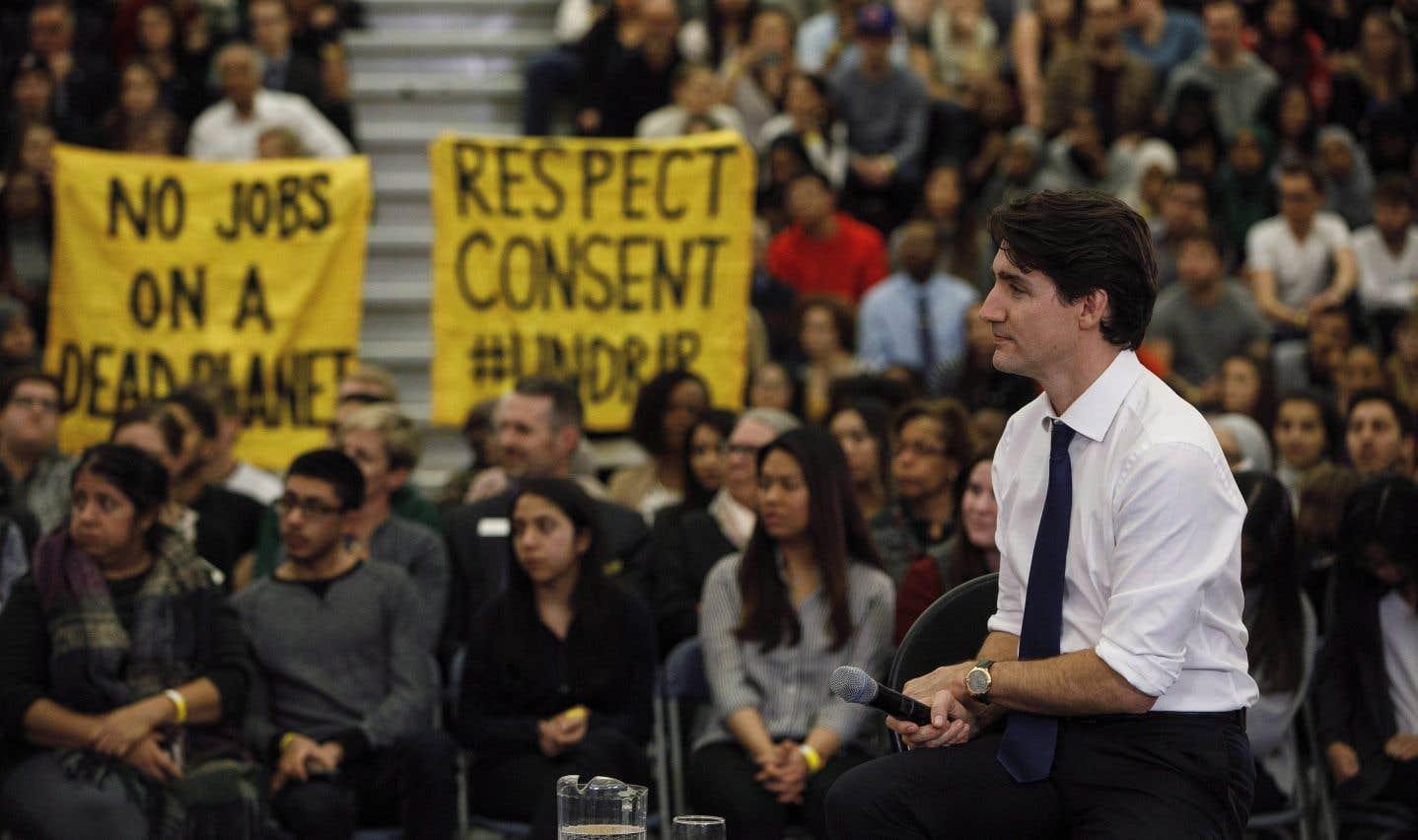 Trudeau est hué en tentant de défendre le pipeline de Kinder Morgan
