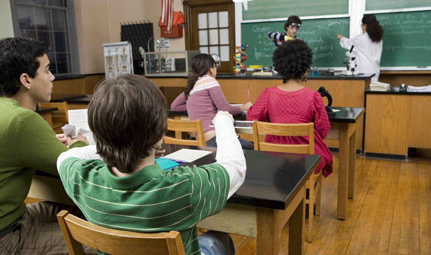 On sait que les élèves performants tirent tout le monde vers le haut en améliorant les conditions d'enseignement. À l'inverse, les classes écrémées orchestrent leur propre spirale descendante, soulignent les auteurs.