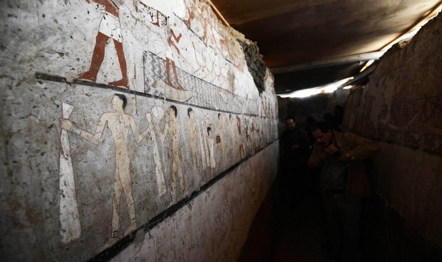 La tombe faite en briques crues comprend des peintures murales bien conservées représentant Heptet.