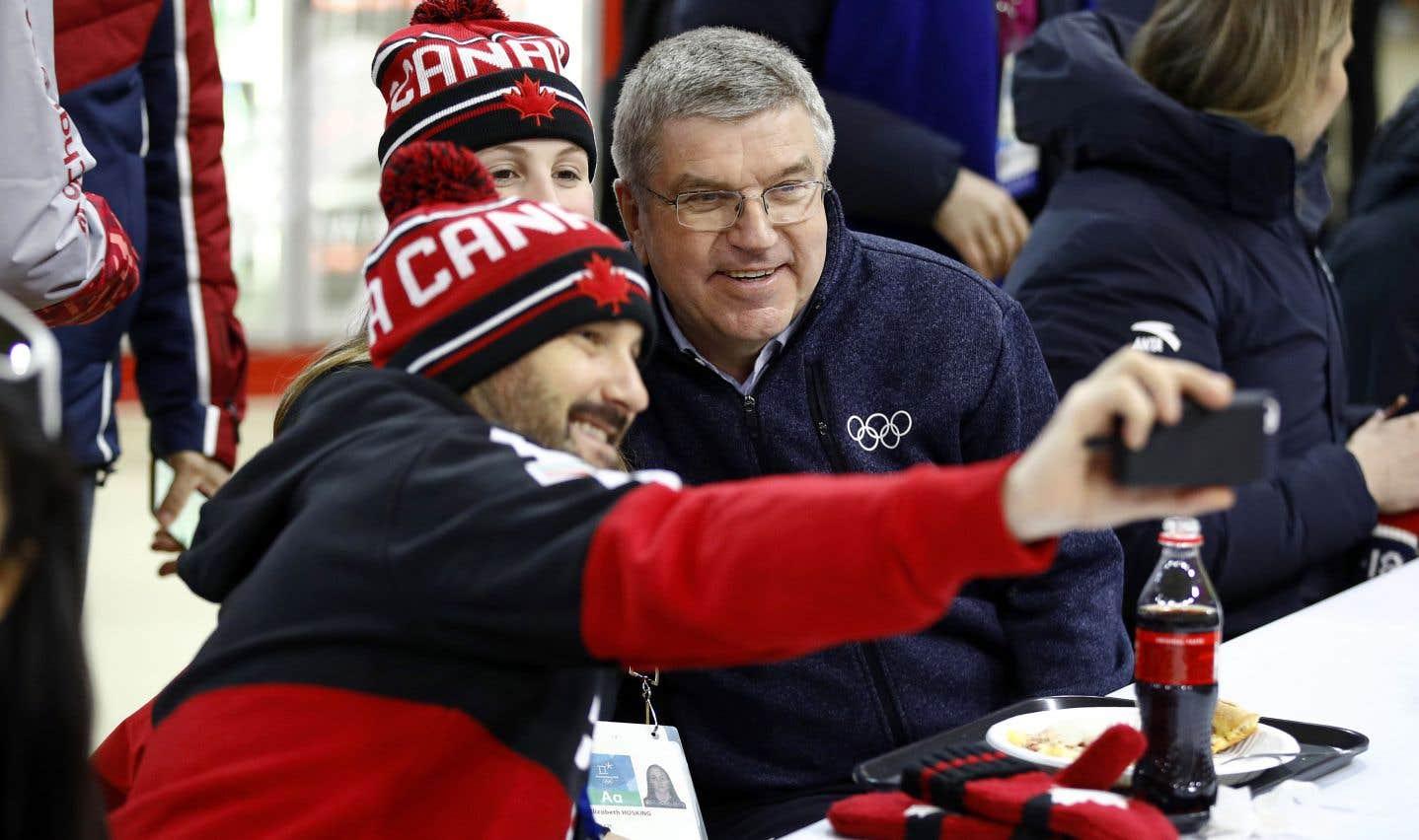 Des membres de la délégation canadienne à Pyeongchang prennent un égoportrait en compagnie du président du CIO, Thomas Bach.