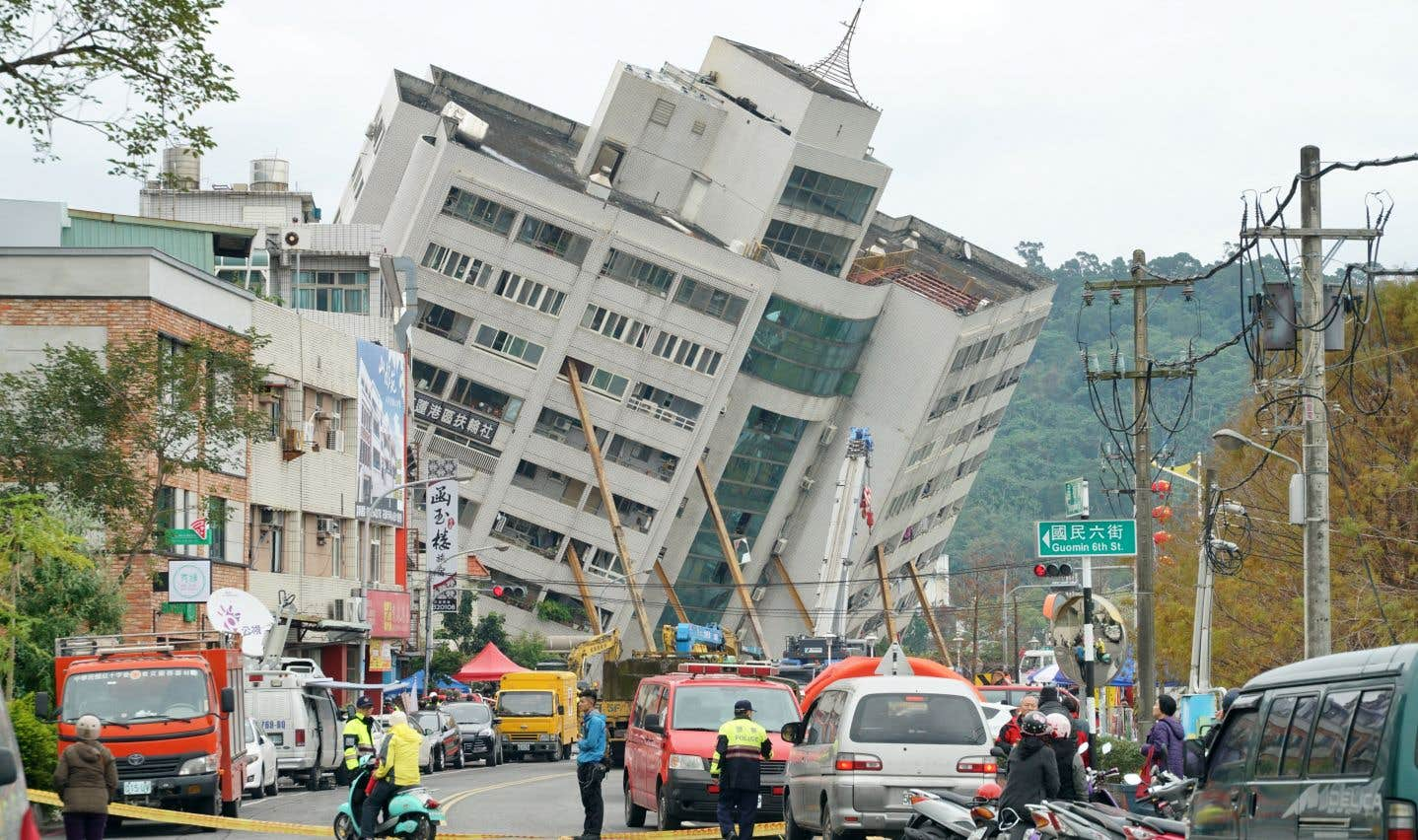 Un complexe résidentielpenchait dangereusement et c'est là que les secouristes ont longtemps concentré leurs efforts.