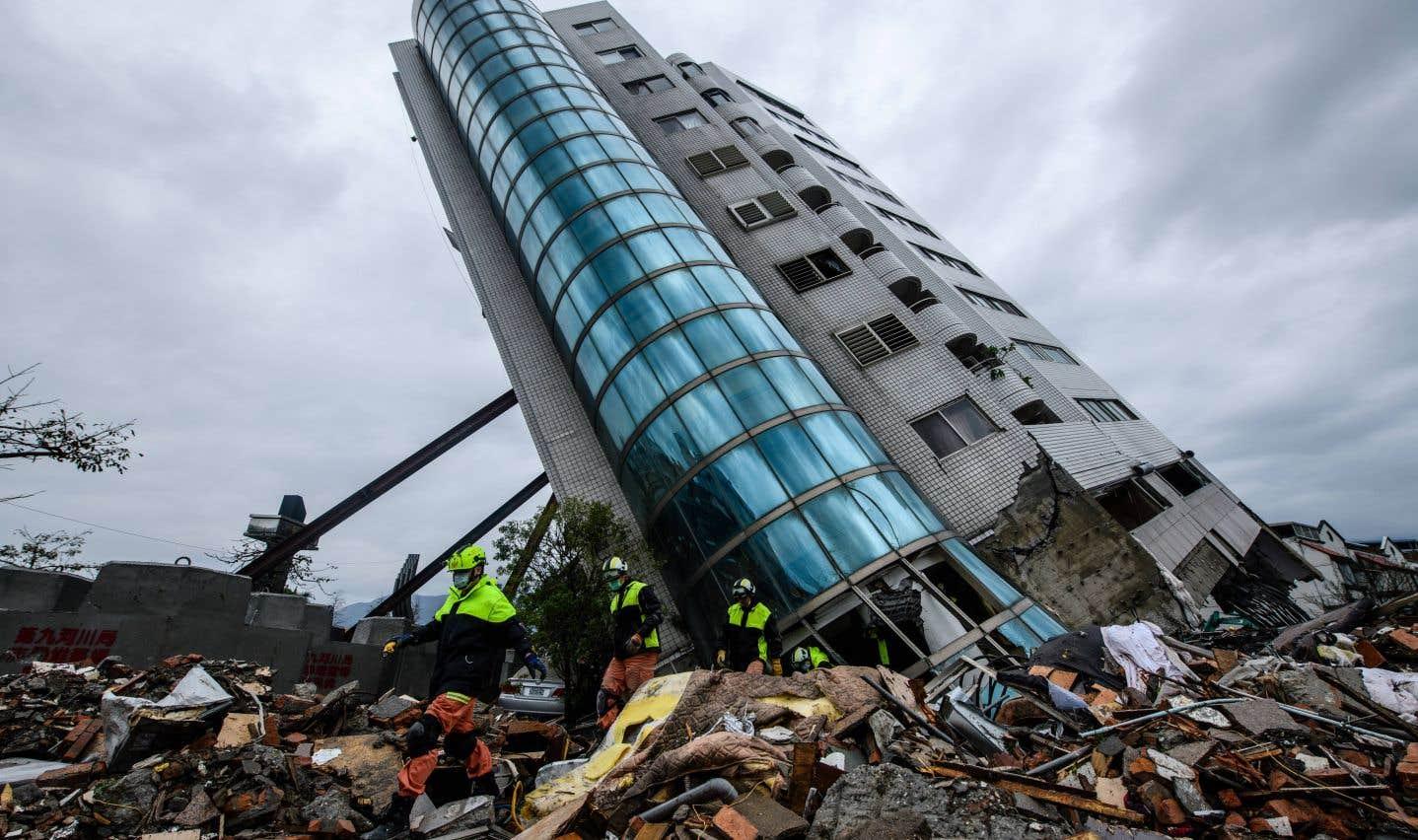 Les étages inférieurs d'un complexe résidentiel se sont écroulés, laissant la structure inclinée à 50 degrés et menaçant de s'effondrer à tout moment.