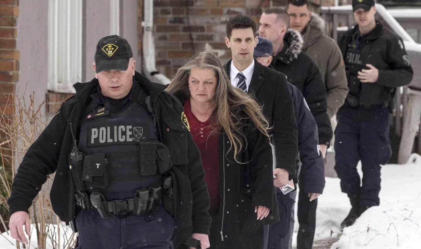 La police a dressé son nouveau bilan jeudi près d'une propriété où les enquêteurs ont retrouvé des ossements humains dans de grands bacs à fleurs — l'accusé est paysagiste.