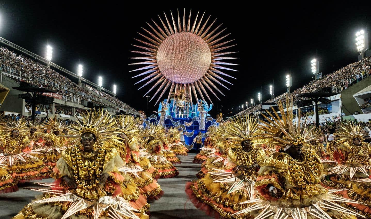 Au Sambadrome, les spectacteurspeuvent admirer des chars époustouflants et voir des danseurs se déhancher au son de la samba.