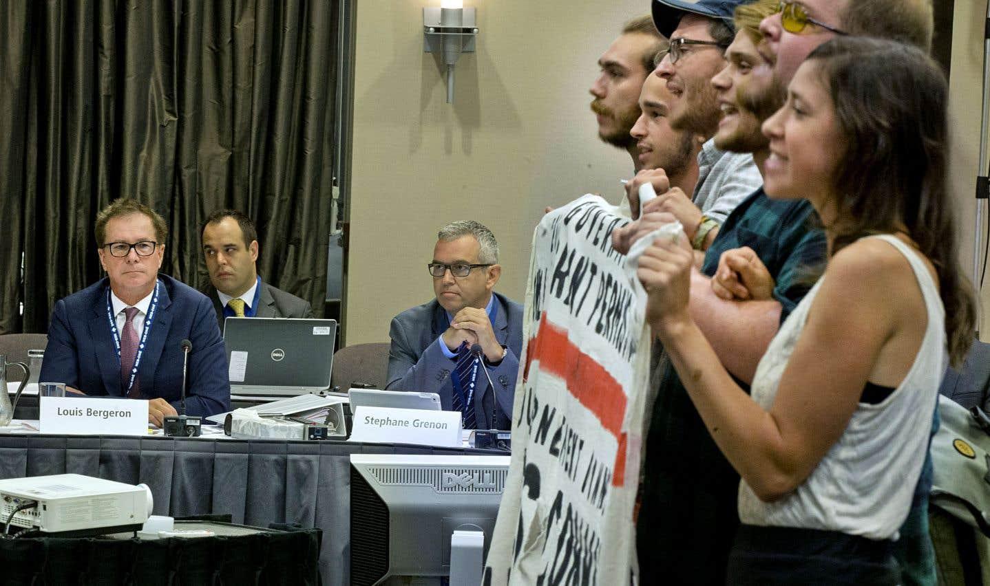 Des opposants au projet de pipeline Énergie Est ont paralysé le début des audiences de l'ONE à Montréal en août 2016.
