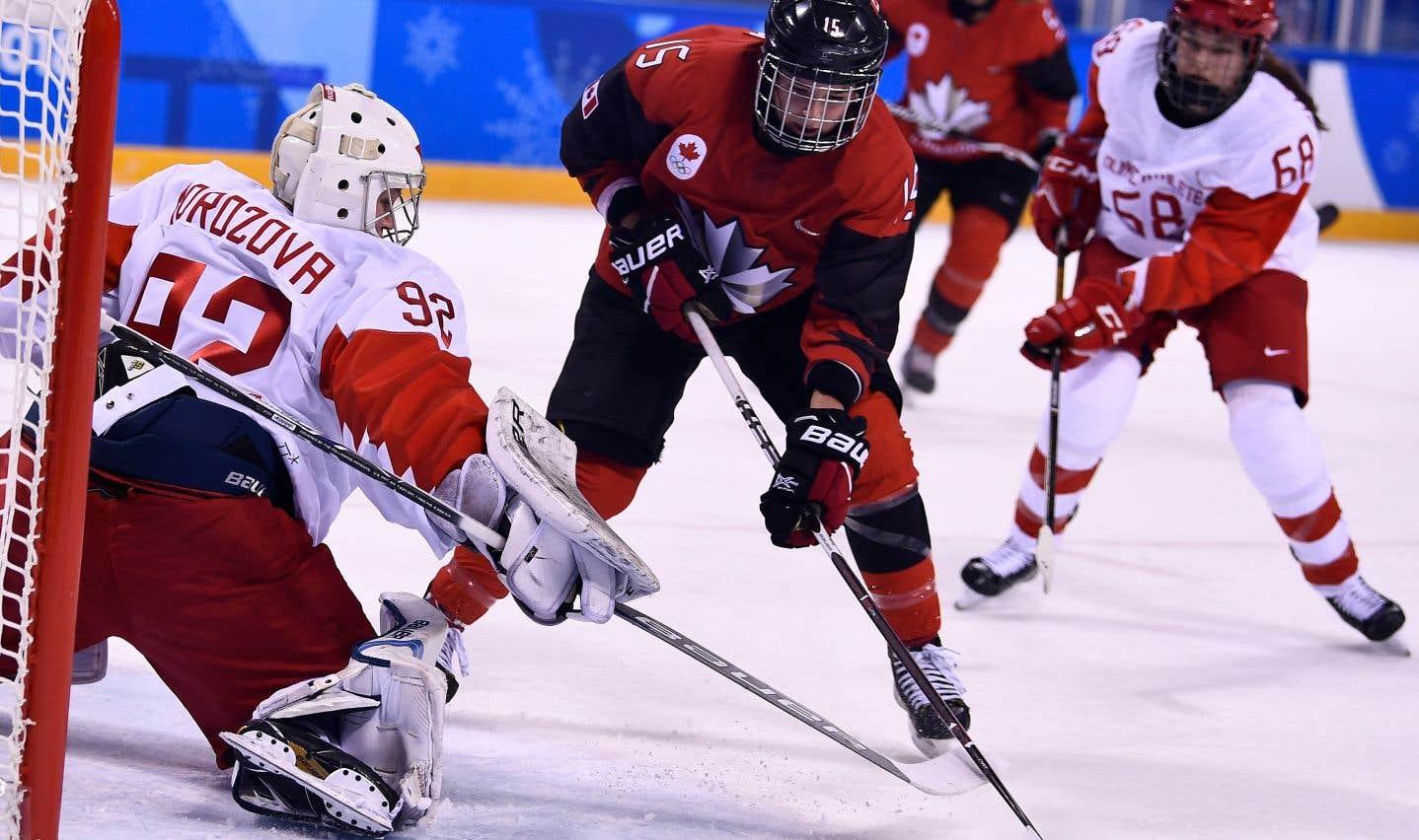 Hockey: les canadiennes battent les athlètes olympiques de Russie 5-0