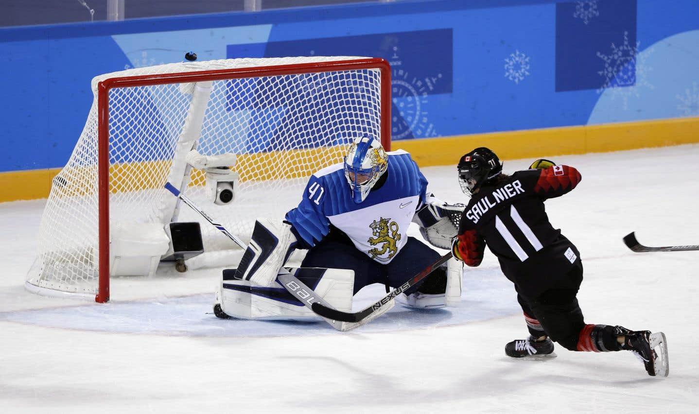 La joueuse canadienneJillian Saulnier marque un but en échappée en deuxième période.