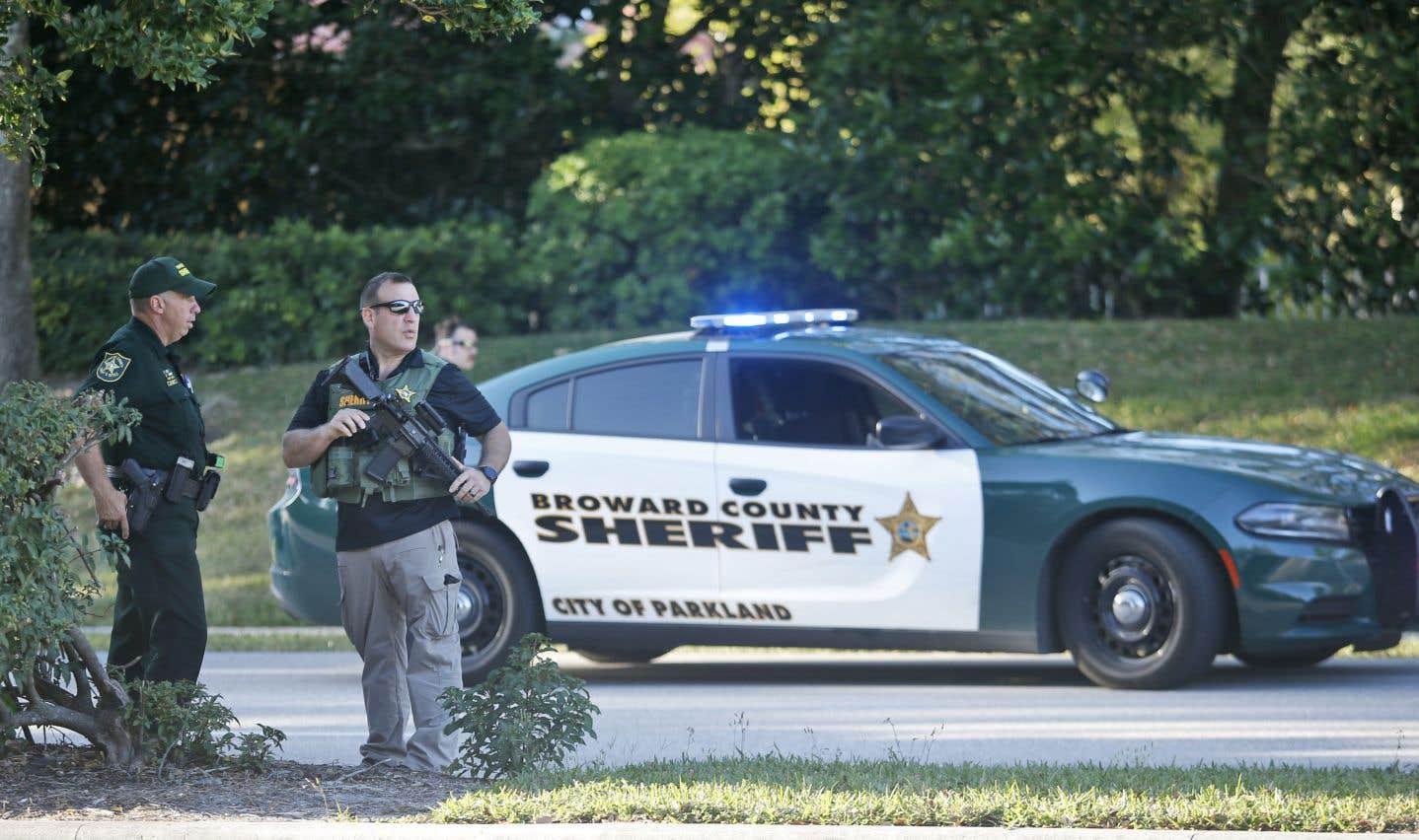 Une longue cohorte de voitures de police et plusieurs véhicules blindés d'un groupe d'intervention étaient stationnés près de l'école, à Parkland.