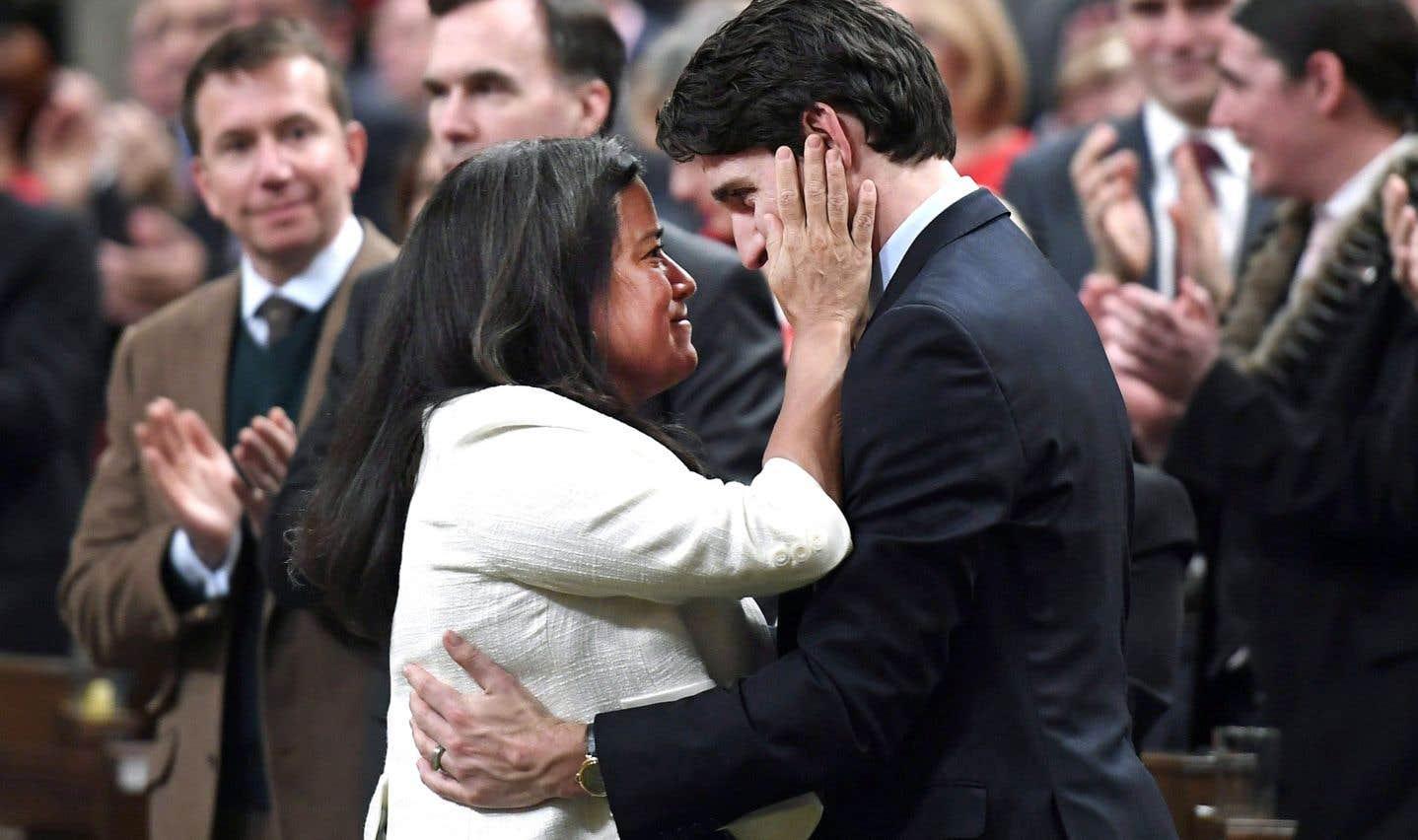 Émue par le discours de Justin Trudeau sur les relations entre le gouvernement et les autochtones, la ministre de la Justice, Jody Wilson-Raybould — elle-même autochtone —, a salué chaleureusement le premier ministre.